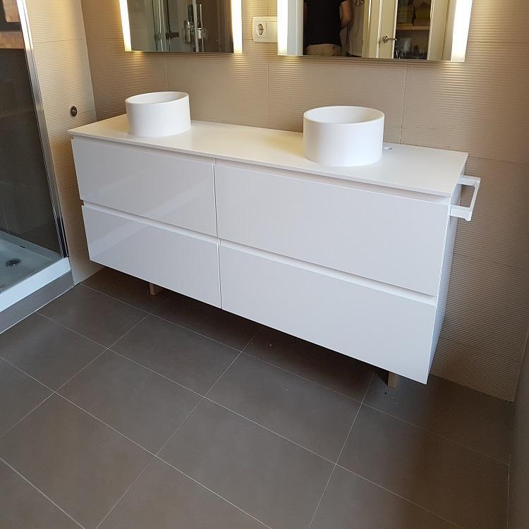 Mueble de baño lacado en blanco.