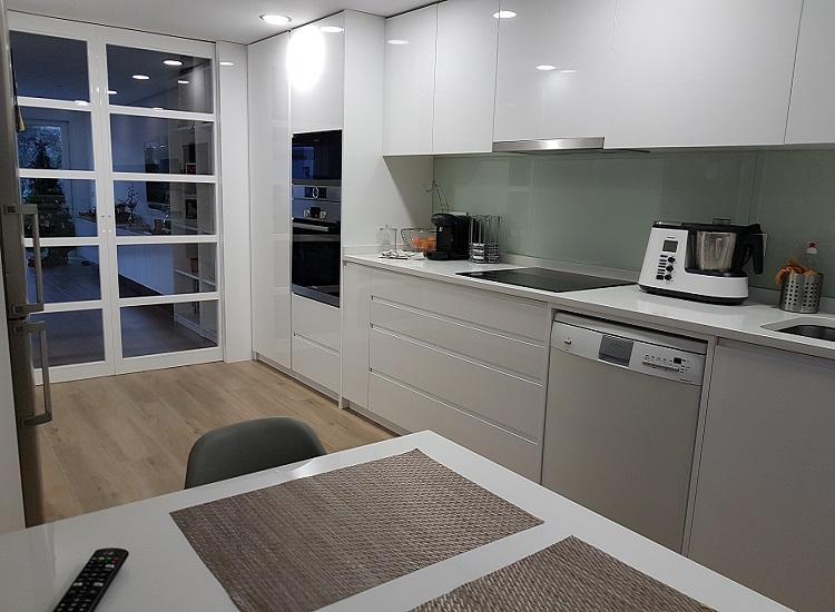 Muebles de cocina en laca con puertas correderas_Indoormobel